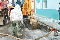 Častý výjev těchto dní, vodaři se prokopávají k prasklému potrubí. Takto třeba opravovali havárii na ulici U Potoka v Bruntále.