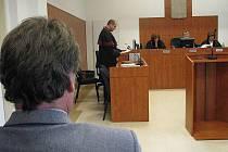 Vlevo muž z Bruntálu, který vedl Borisi Tvrdoňovi účetnictví, jež mu půjčil sto tisíc korun a chtěl zpátky jednou tolik. U soudu si poslechl žalobu státního zástupce Marka Stacha (uprostřed).
