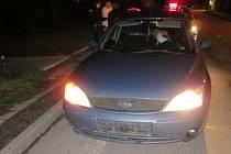 Policisté před půlnocí ve Světlé Hoře zastavili Ford bez pojištění, bez registrační značky a s řidičkou bez řidičáku. Zakázali další mu jízdu. Po půlnoci stejné auto zastavili ve Vrbně pod Pradědem.