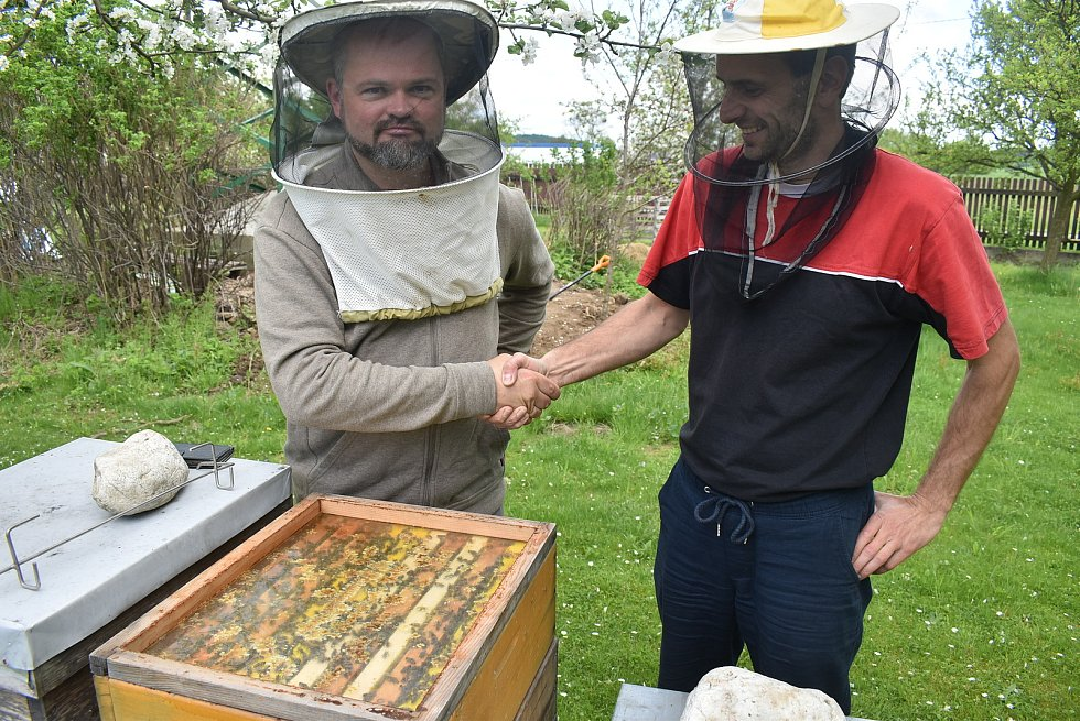 Světový Den včel připadá na 20. května. Včelař Lukáš Matela z Brantic pozval přátele na exkurzi, která skončila ochutnávkou strdí a medoviny.