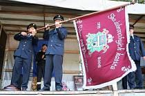 Hasiči z Vrbna pod Pradědem se svou vlajkou.