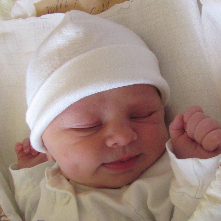 Jmenuji se Damián Ruňák, narodil jsem se 11. dubna 2018, při narození jsem vážil 3340 gramů a měřil 49 centimetrů. Moje maminka se jmenuje Zuzana Šebestová a můj tatínek se jmenuje Marián Ruňák. Bydlíme v Prešově.