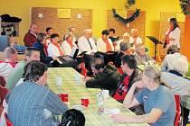Vánočním koncertem přišli potěšit členové Sboru Armády spásy klienty do zaplněné jídelny Armády spásy.