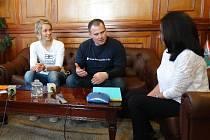 Na bolívijské univerzitě. Záměrem plavce Pavla Poljanského je setkávat se na svých výpravách s místními lidmi a propagovat partnery, kteří jej při jeho expedicích podporují, mimo jiné i město Bruntál.