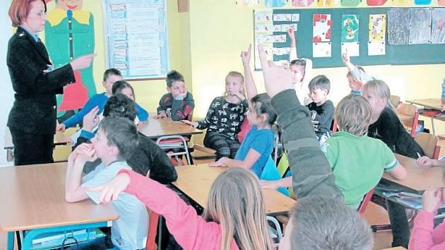 Policejní preventistka a mluvčí Pavla Jiroušková seznamuje děti ve škole se zásadami bezpečného chování.