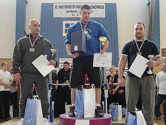 Jan Malinovský z Lokomotivy Krnov (uprostřed) zvedl v Ostravě 252,5 kilogramu a stal se mistrem Moravy. Teď se připravuje na mistrovství ČR a jeho snem je zvednout 300 kilo.