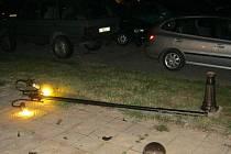 Lampu osvětlení kdosi shodil u bruntálského městského divadla, viníka čtrnáctitisícové škody hledají státní policisté.