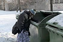 Třeskuté mrazy těchto dní nutí bezdomovce hledat útočiště na chodbách a ve sklepích domů, na nádražích a dalších veřejně přístupných místech.