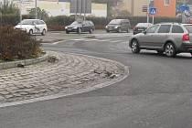 Ani nedávné opravy neuchránily kruhové objezdy v Krnově před chátráním.