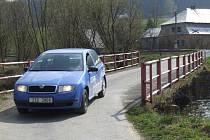 Most ve Skrbovicích je problematický, úzký a sloužící pouze osobní dopravě. V případě povodní nastává v jeho blízkosti problém s dopravou.