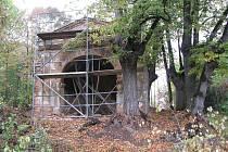 Světec Jan Nepomucký ani kaplička v Pelhřimovech nejsou zaneseny v katastrálních mapách, není znám jejich majitel a po úřední stránce vlastně neexistují.