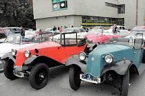 Úctyhodná Tatra se předvedla společně s dalšími sběratelskými kousky automobilovým nadšencům ve Městě Albrechticích v sobotu odpoledne. Tatra 12 ale byla s rokem výroby 1922 suverénně nejstarším veteránem v soutěži.