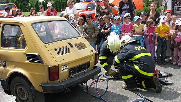 Bruntálští Hasiči v rámci dne požární bezpečnosti předvedli dětem zásah při dopravní nehodě.