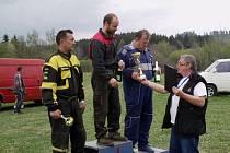 Vítězové divize 2. Zleva druhý Drahoslav Zavadil, vítěz Ondřej Lalák a třetí Alfréd Heinisch. Ceny předává hlavní pořadatel Jan Dohnal.