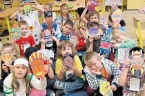 Na Základní škole Smetanův okruh v Krnově se během dopolední výuky proměnily děti v malá afričančata. Vytvářeli si masky, vlastní hudební nástroje z fazolí, učili se o zdejších zvířatech a zahráli si v pohádce Jezero čarodějů.