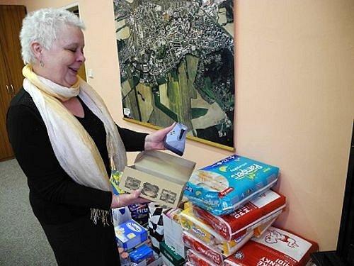 Místostarostka Renata Ramazanová u hromady darů, které zaměstnanci Městského úřadu v Krnově poslali dětskému domovu v ukrajinské Nadvirně.