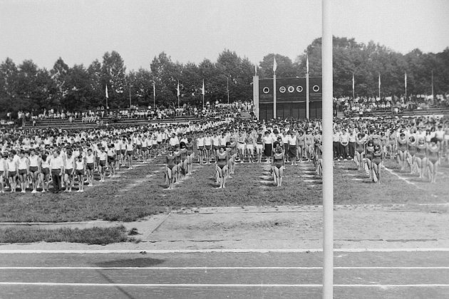 Dříve narození Krnované mají stadion spojený se Spartakiádou. Takto vypadala vroce 1965.