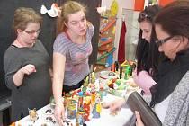Velikonoční jarmark střední školy Slezské diakonie se vydařil: líbili se háčkovaní a šití zajíčci i ovečky z plsti