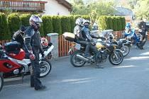 Otvírání šoupátek se také vloni účastnily v Karlovicích desítky motorkářů z celé České republiky.
