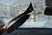Také jste museli ráno po mrazivé noci škrábat přední sklo z venku i zevnitř?