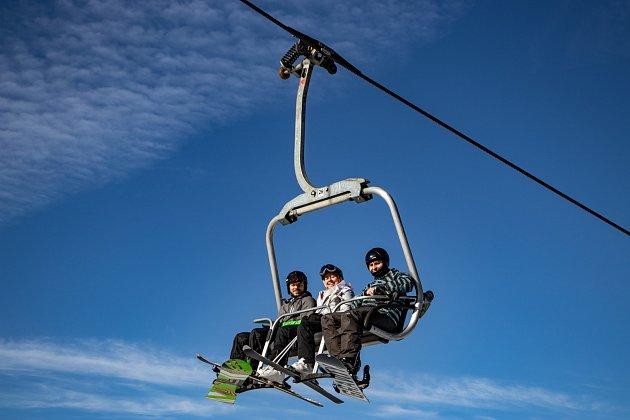 Lyžařská sezona ve Ski Aréně Karlov začíná 6.prosince večerním lyžováním od 18do 21hodin. Čtyřsedačková lanová dráha Karlov Ski Express se vJeseníkách rozjede jako první.