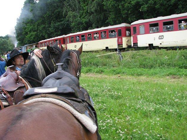 Fajné léto na osoblažské úzkokolejce slibuje 13.července dvě parní lokomotivy místo jedné a přepadení vlaku desperáty ve westernovém stylu.