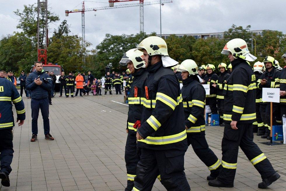 Dobrovolní hasiči z Vrbna pod Pradědem reprezentovali Moravskoslezský kraj v celorepublikové soutěži ve vyprošťování  osob z vraku auta. Foto: Andrea Martínková