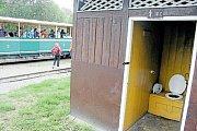 Suchý záchod na osoblažském nádraží slouží turistům, kteří si zamilovali historické parní vlaky. Zaslouží si poslední funkční nádražní latríny stejnou ochranu jako jiné památky?