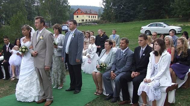 Namísto obřadní síně se svatebčané veselili v krásné přírodě Dolní Moravice.