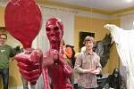 Lubomír Otisk v kulturním domě v Lichnově vystavuje sochařské práce i obrazy. Fascinující temné výjevy často vznikaly na základě improvizací a intuitivní art terapie.