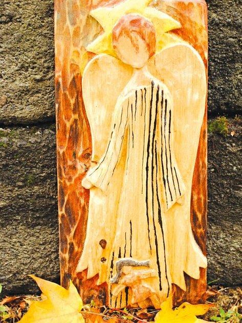 Anděl s panenkou. Tohoto anděla navrhla teprve osmiletá Julie Hulejová, nese název Anděl s panenkou, panenka je vidět v dolní části řezby.