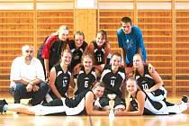 Basketbalový tým děvčat z Bruntálu vedený trenérem Dalimilem Morysem.