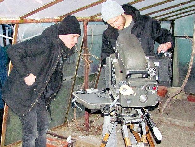 Štáb režiséra Tomáše Kleina právě natáčí úvodní znělku pro festival Krrr! Tentokrát jsou námětem lidé se zvláštním vztahem ke kamerám a promítačkám. Minulý týden například natáčeli scénu, jak lze pečovat o archaickou filmovou techniku ve skleníku.