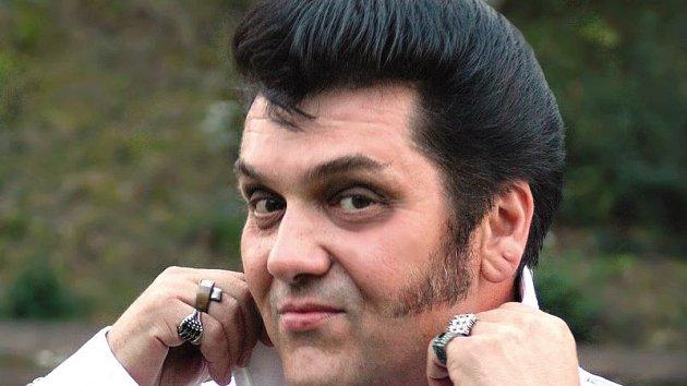 Pavel Elvis Pavlevský vystupuje jako Elvis Presley od roku 1996.