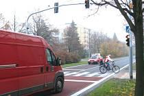 Nový semafor má v těchto místech pomoci chodcům bezpečně přecházet frekventovanou cestu.