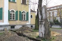 Socha Schody lásky polského autora Stanislawa Kilareckého byla instalována před vilou na Zacpalově ulici. Město vilu prodalo i s Kilareckého plastikou. Krátce na to ze zahrady zmizela.