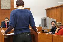 Manažerka wellness centra (zády) předložila soudci Lumíru Čablíkovi odlišnou počítačovou sestavu, než kterou nabídla obhajoba obžalované Lucie M.