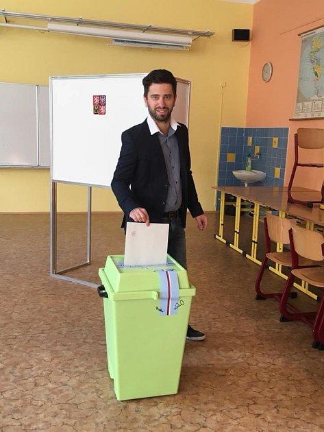 Vítězem voleb vKrnově se stali nezávislí Krnovští patrioti, kteří získali 27,5%. Patriot Tomáš Hradil už má zkušenost opozičního zastupitele, Roman Anderle  bude vzastupitelstvu nováčkem.