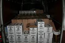 Neokolkovaný alkohol převážel ve velkém množství muž, kterého policisté nachytali při silniční kontrole v Nových Heřminovech.