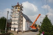 Kostel v Hlince od soboty 12. května už má stejnou báň, jaká tu bývala před válkou. Sundávání jehlanu a zvedání báně byly atrakce, které si nikdo nechtěl nechat ujít.