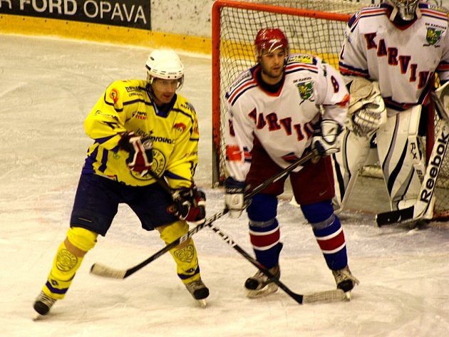 Hokejisté Krnova nepodali proti Karviné povedený výkon. Dvě branky vstřelil po důrazu na brankovišti Roman Tichý (na snímku vlevo), ale ani to nepomohlo.