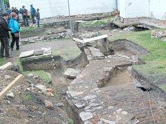 Hroby a pohřební krypty s klenbou letos archeologové odkryli kolem zdí krnovského kostela sv. Martina. Pozůstatky hřbitova zrušeného při josefských reformách začínají hned pod drnem.