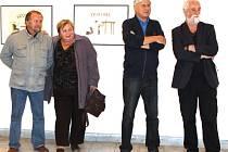 Výtvarník Jiří Slíva (druhý zprava) se osobně zúčastnil vernisáže své výstavy v Bruntále. Úvodním slovem ji zahájil fotograf Jindřich Štreit (první zprava).