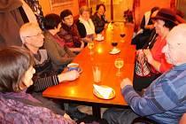 Seniors Club se pravidelně nepravidelně schází v bruntálské cukrárně na náměstí Míru nad sklenkou kávy, vína i džusu.