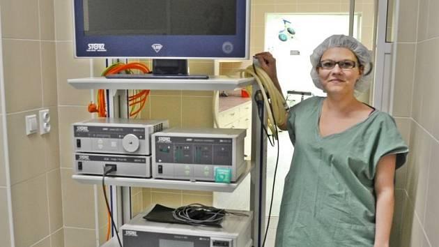 Laparoskopická věž. Zdravotníci ji využívají k vyšetření břicha, zejména žlučníku, žaludku, tříselných kýl, slepého či tlustého střeva.