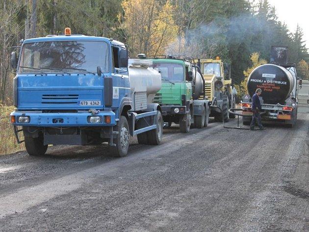 Takhle to vypadalo ještě před pár dny na silnici z Bruntálu do Václavova, pilně se zde pracovalo a auta musela objížďkou. Nyní už úsekem mohou řidiči opět volně projíždět.