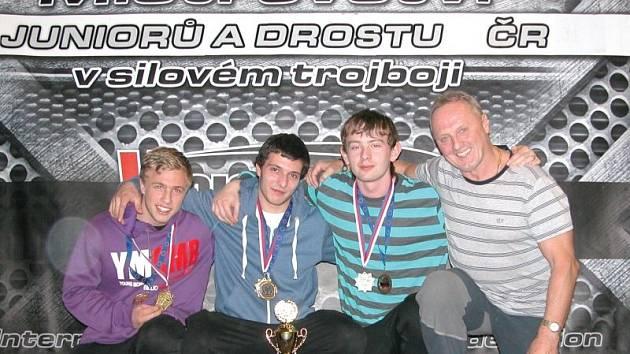Mladí siloví trojbojaři z Krnova se zařadili mezi českou elitu. Na snímku zleva Jan Pavlíček, Tomáš Juříček, Lubomír Švaňhal a trenér Václav Stuchlík.
