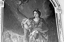 Svatá Kateřina ve Slezských Rudolticích drží své atributy: mučednickou palmu a meč, kterým byla sťata.