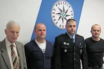 Policistům za jejich práci a odhalení zloděje poděkoval Petr Beck z Bruntálu (vlevo). Na snímku s policisty Kamilem Dolanským, Ondrejem Vargou a Stanislavem Kolínem (zleva).