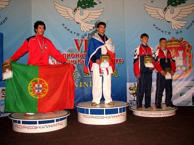 Portugalec Jose Fereira ve finále nestačil na bruntálského karatistu Jiřího Panáčka (vpravo).